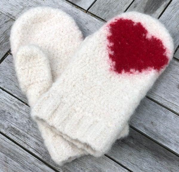 """Image of """"Hearts"""" filtede vanter, hækleopskrift"""