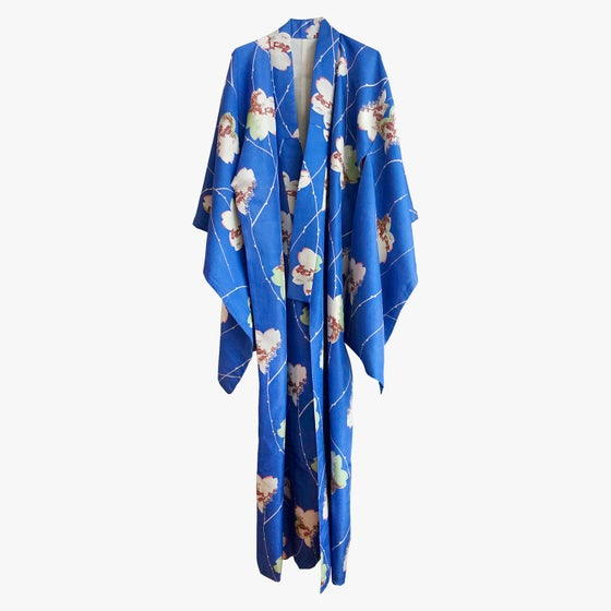 Image of Blå silke kimono med hvide blade