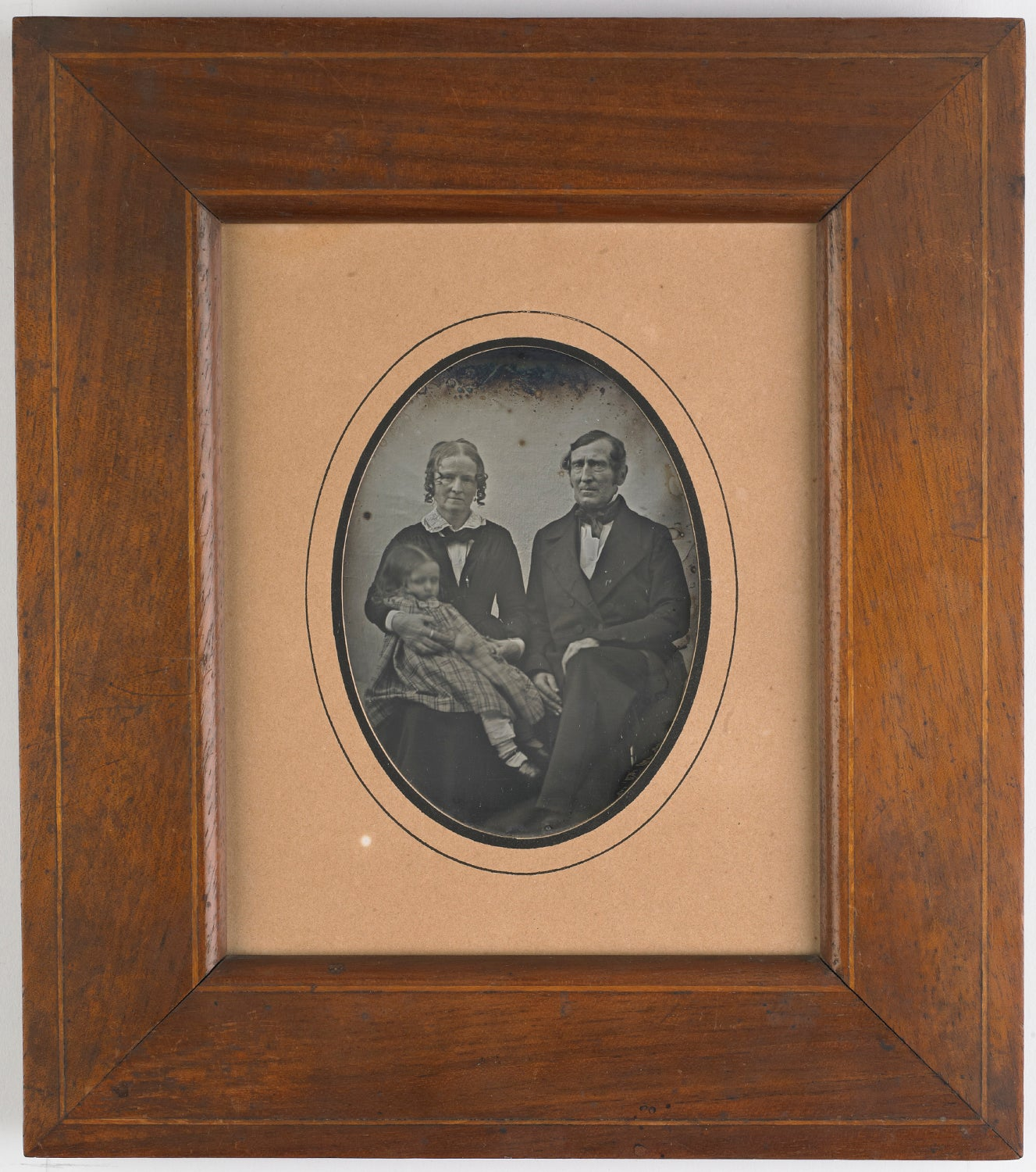 Image of Early post mortem of a child, together with her parents, ca. 1845