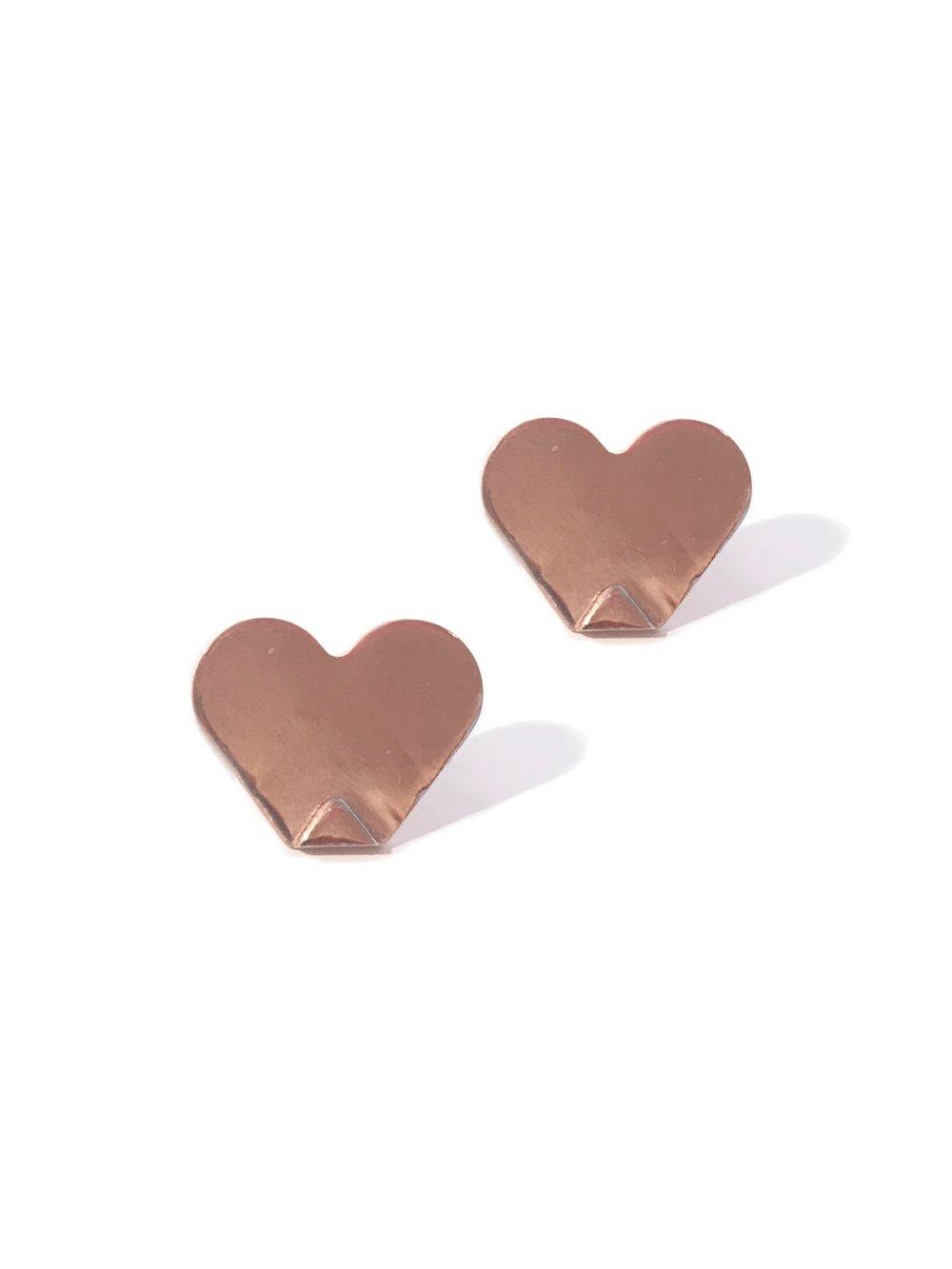 Image of Liefde met een hoek af - stekeroorbellen rosé verguld by Fleur Zefa