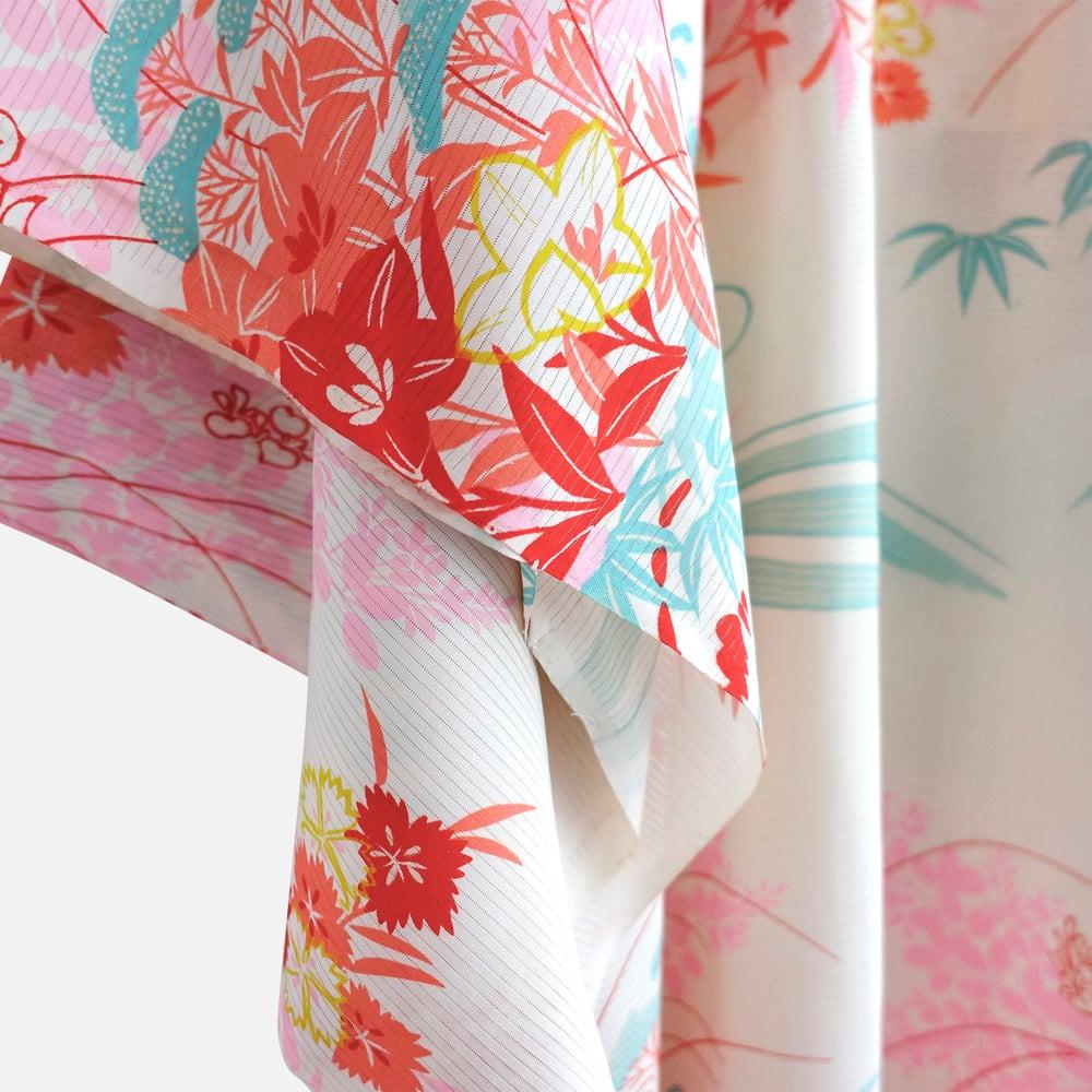 Image of Silke kimono - hvid med blomster og sølv broderier