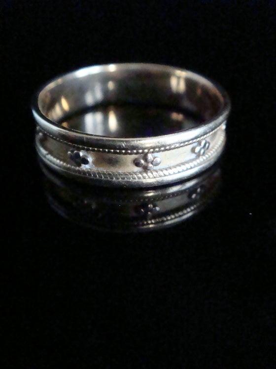 Image of Victorian 18ct yellow gold ornate wedding band