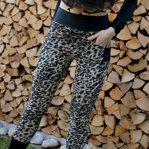 Image of PREDATOR KULTCHEN SNOW WHITE LEOPARD KNIT LEGGINS