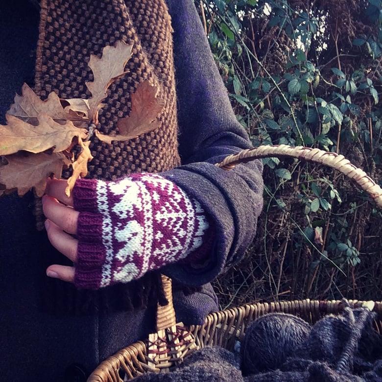 Image of Woodland fingerless gloves - plum
