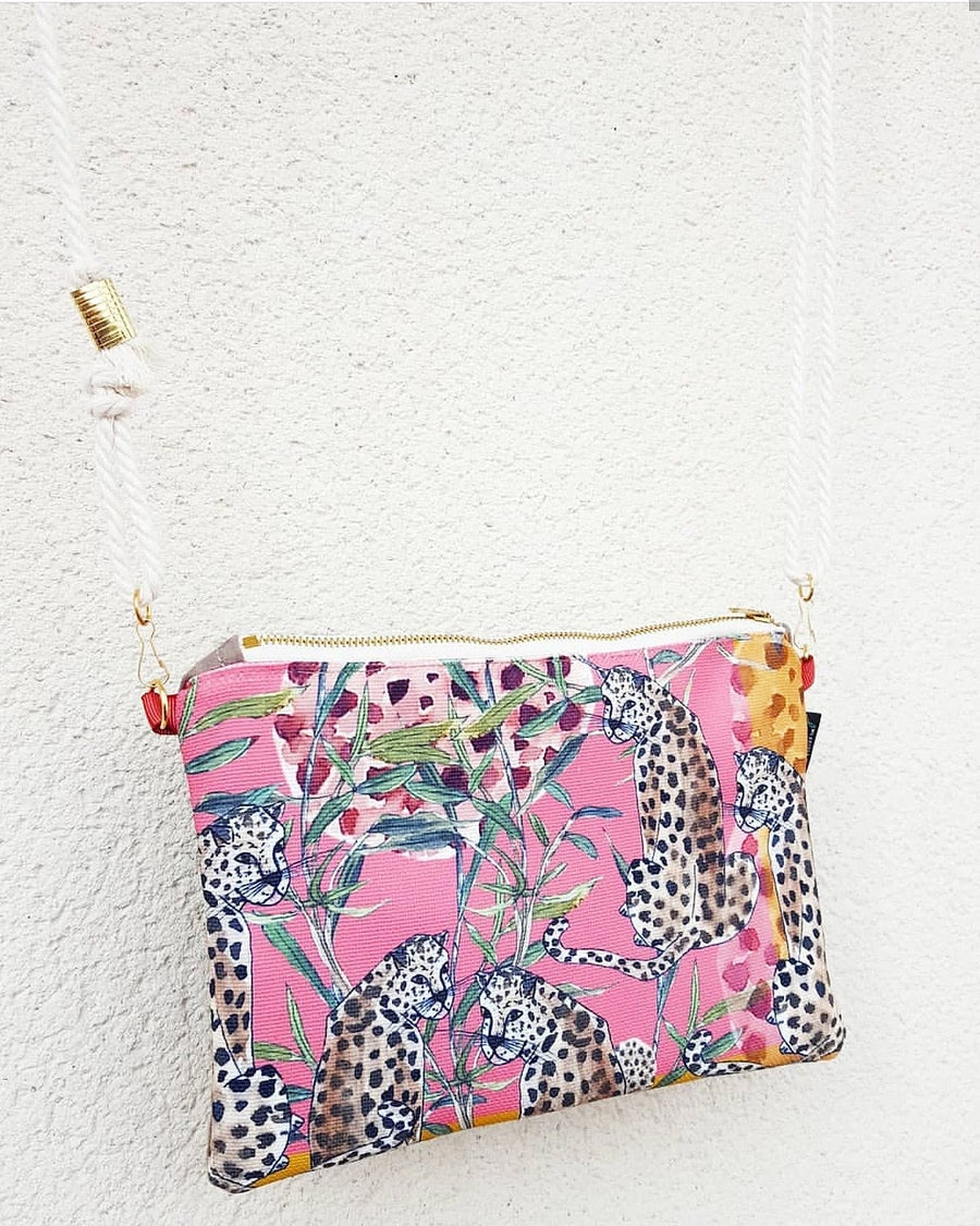 Image of Bolso mini guepardos sobre rosa.