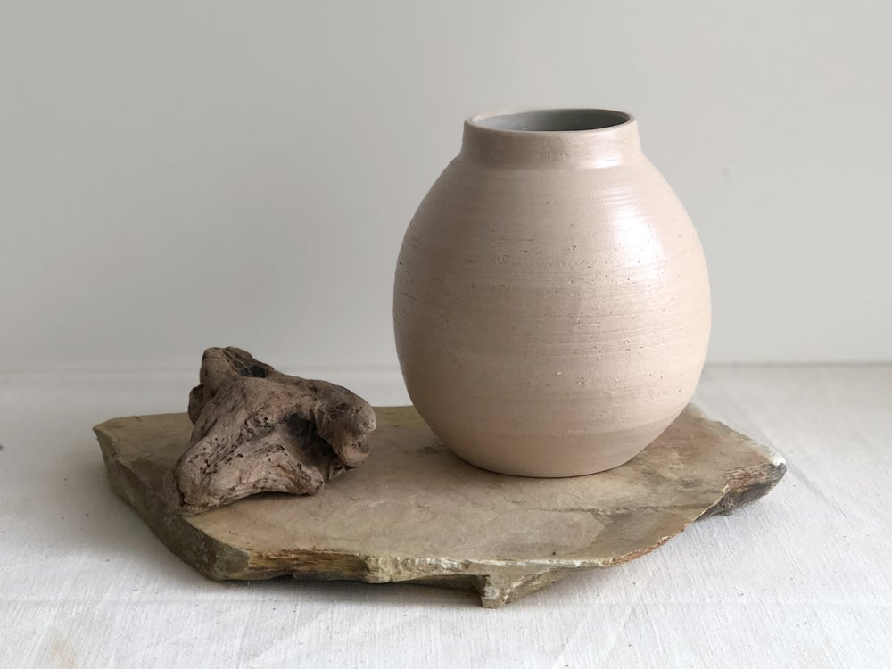 Image of Taipa round vessel set with schist base