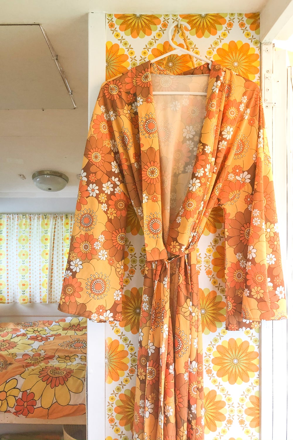 Feelin' groovy long length robe in Pushing daisies Orange and brown