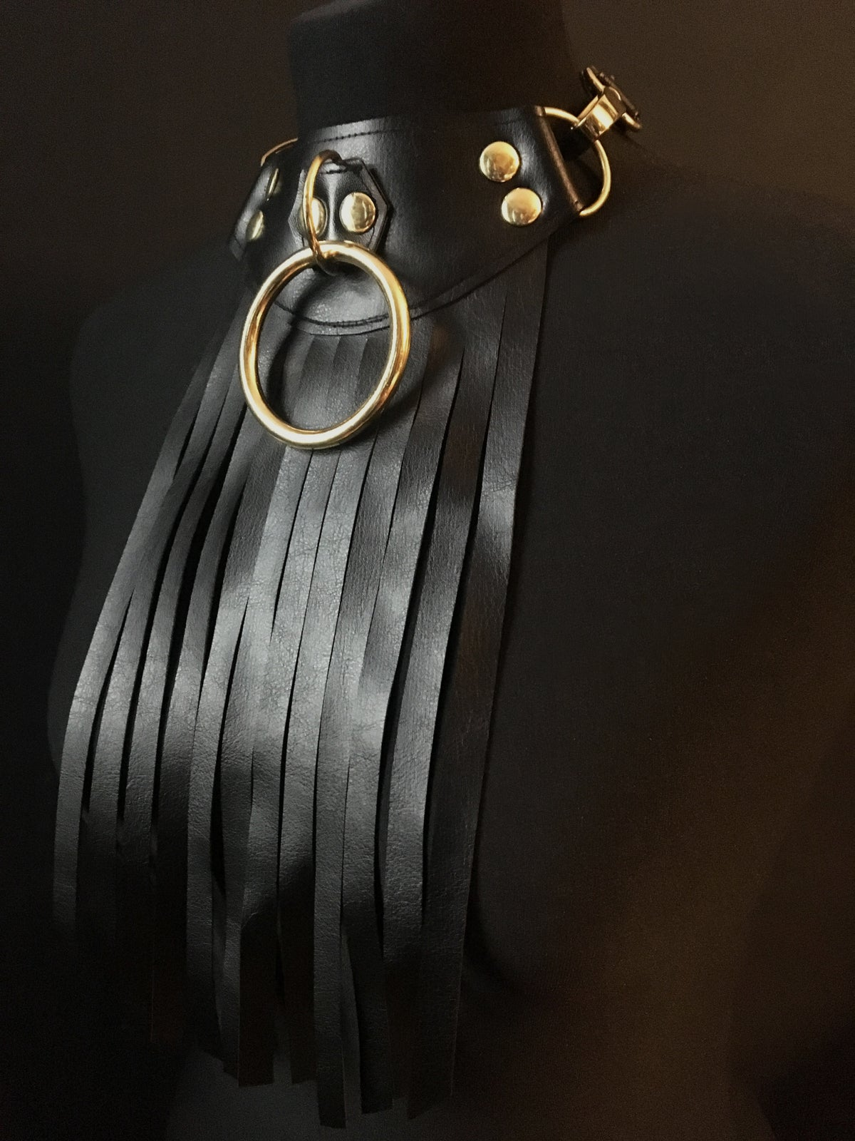 Rounded fringed necklace with gold details