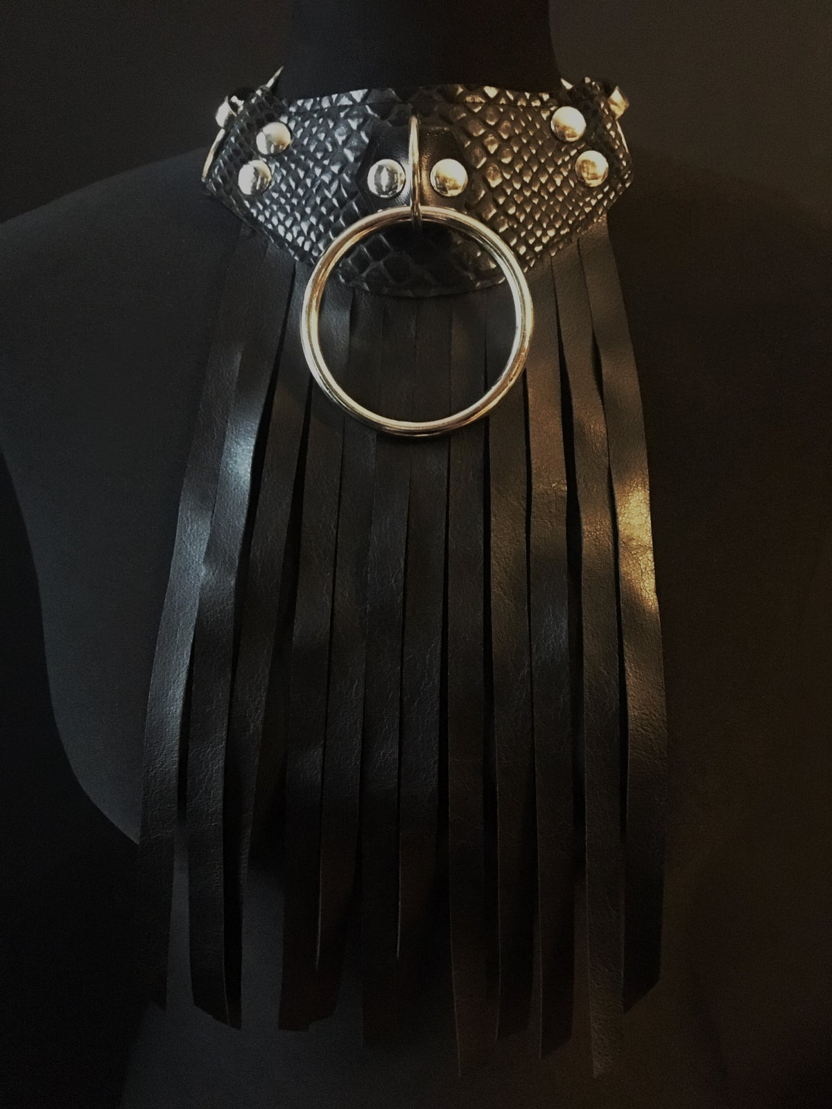 Rounded fringed necklace with silver details