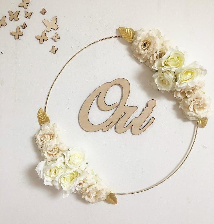 Image of Couronne fleurs sur cercle métal doré 40cm