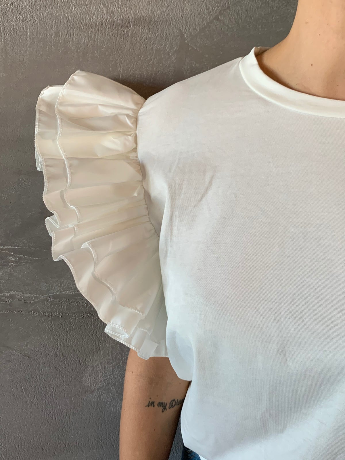 Image of T SHIRT BIANCA CON ROUCHES