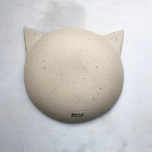 Image of Cat - light clay /deep dish