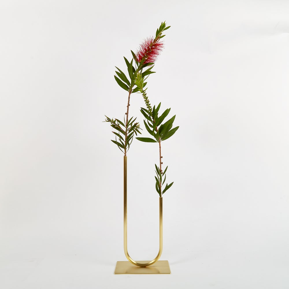 Image of Uneven U Vase, Vase 00402 - for fine stemmed foliage
