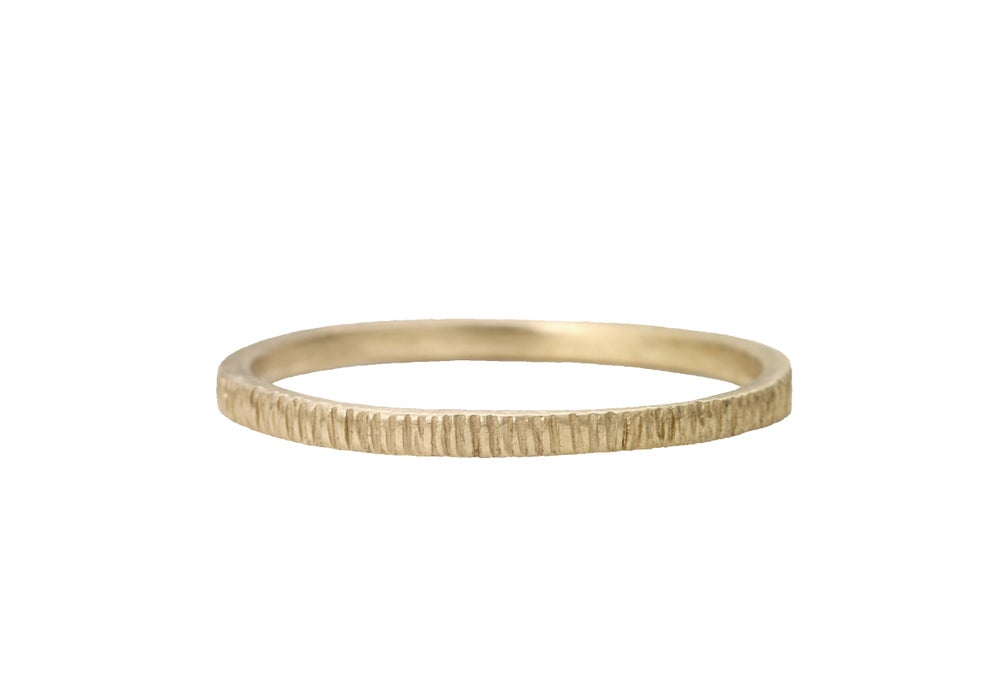 Image of A bark wedding band. 18k. Franca