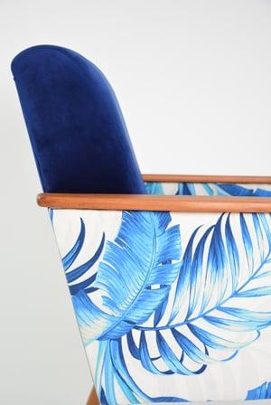 Image of Fauteuil carré bleu et feuilles