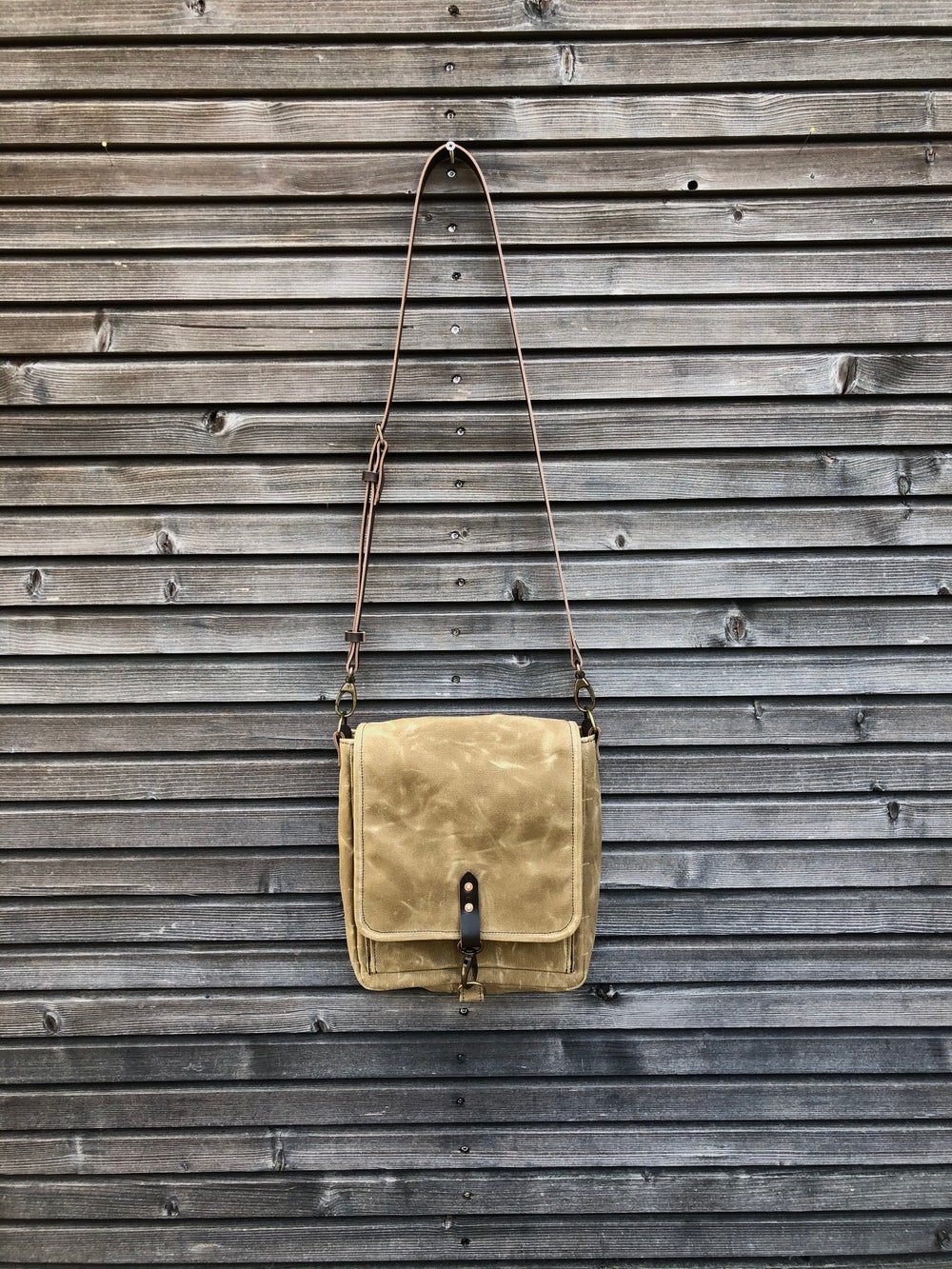 Image of Messenger bag in waxed canvas with leather adjustable shoulder strap and closing flap medium size