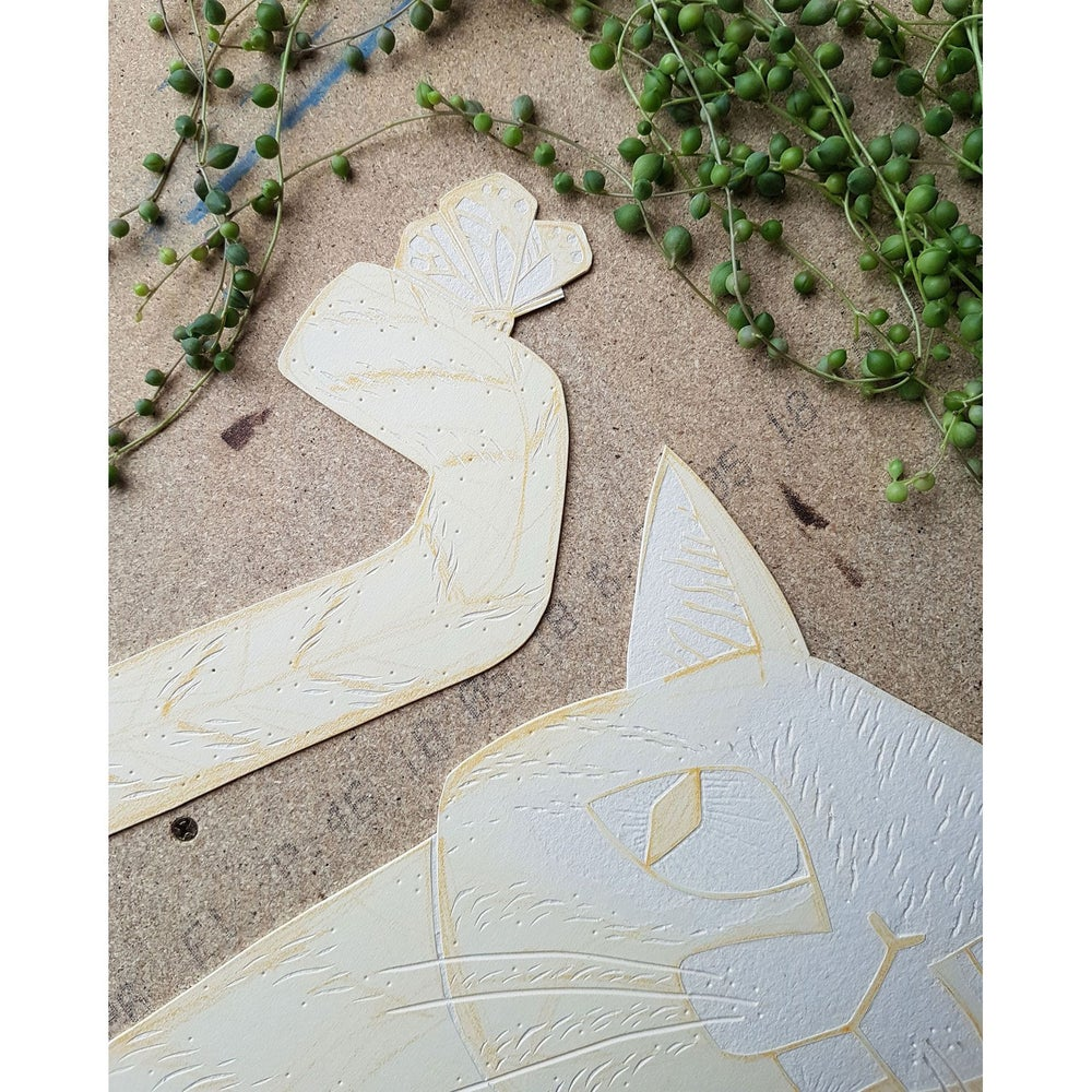 Image of Originalt collografi - Katt med sommerfugl av Anine Hansen