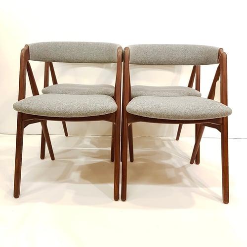 Image of Set de 4 sillas de nogal y tapicería nueva de lana, años 60