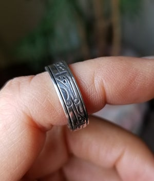 Spinner Ring straight sided with stamped detail