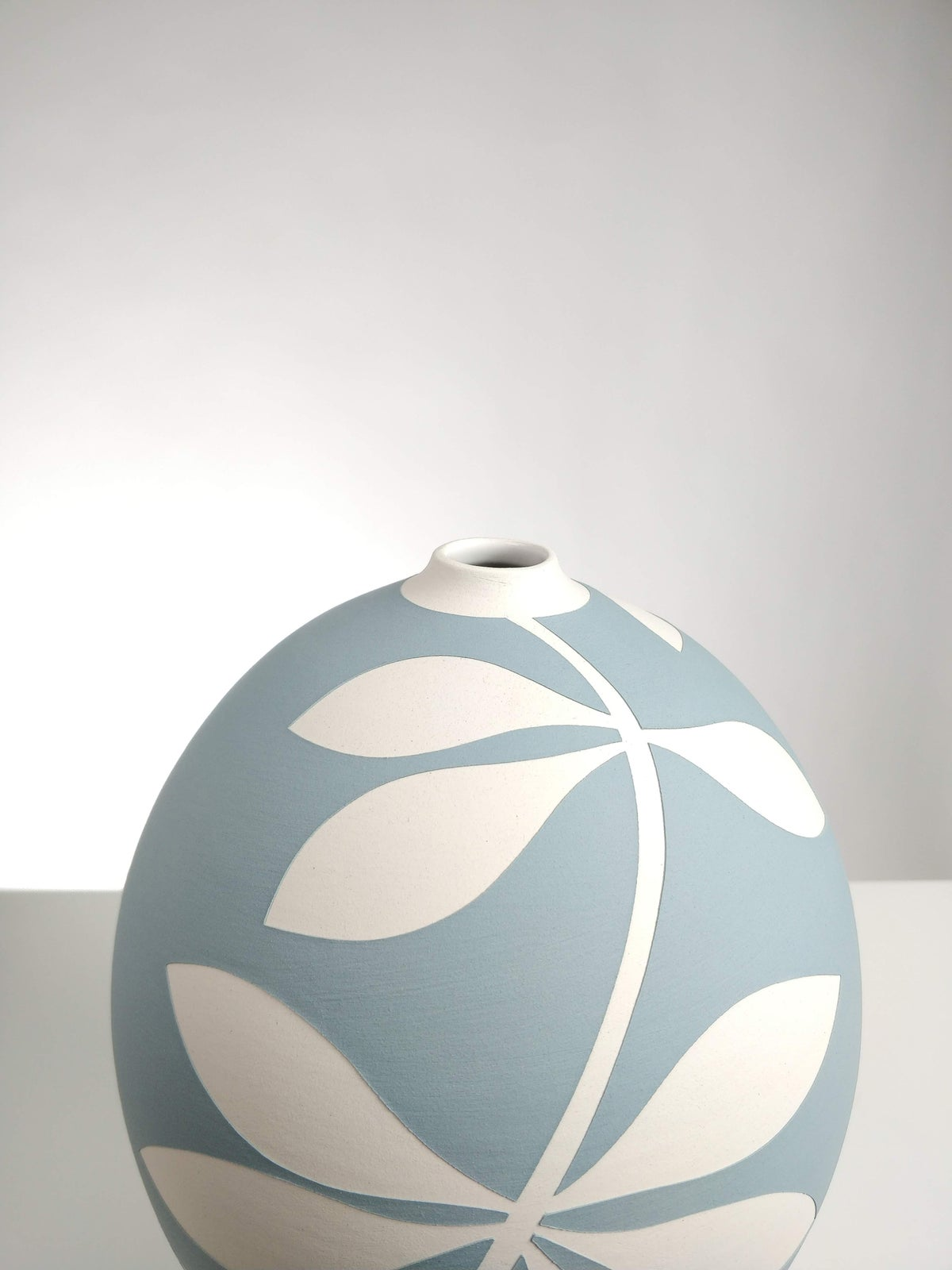 Image of Bellied Blue-Grey & White Leaf Vessel