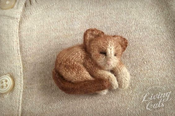 Image of Ragdoll brown lie cat pin