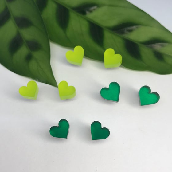 Image of Náušnice srdíčka smaragdově zelená / limetková zelená