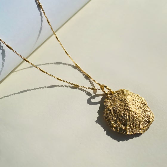Image of SHEENA PENDANT / 24 GOLD-COATED SILVER