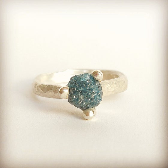 Beeld van Rough diamond in blue
