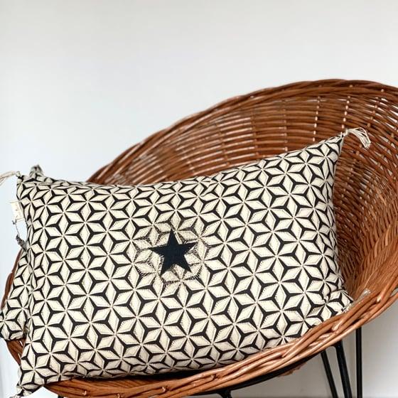 Image de Coussin noir tissu indien étoile brodée