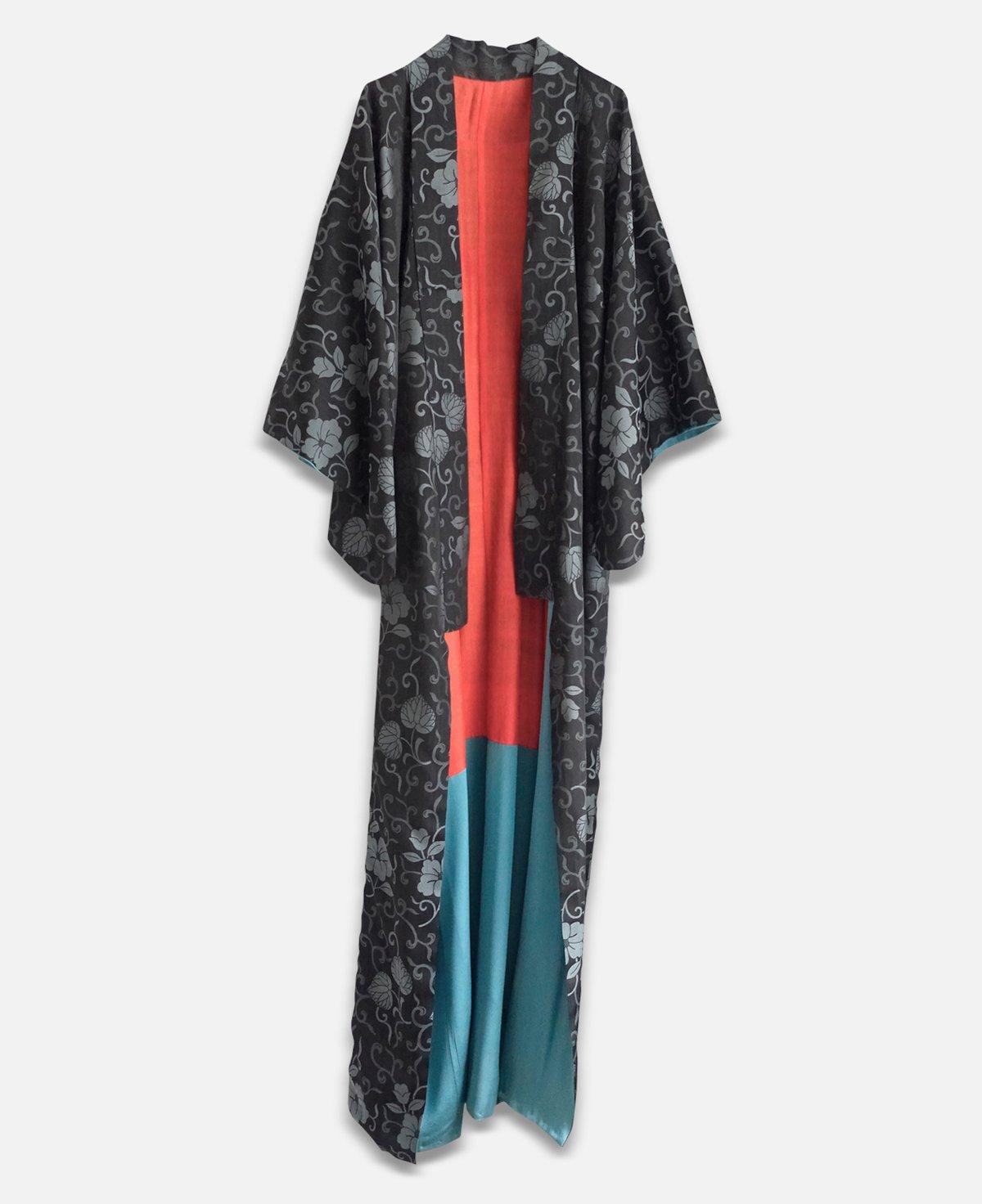 Image of Koksgrå silkekimono med blade og turkis for