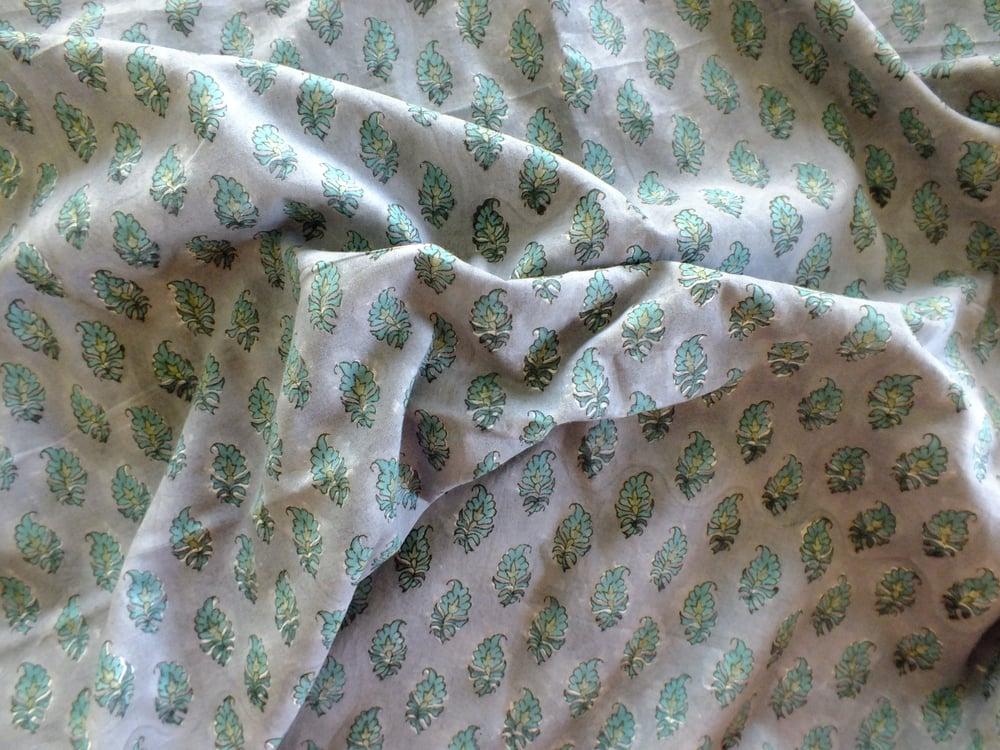 Image of Namasté fabric fond gris feuilles vertes