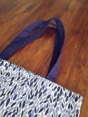 Image of Bolsa tela estampado hojitas azules