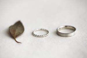 Image of 9ct white gold 2mm laurel leaf carved ring