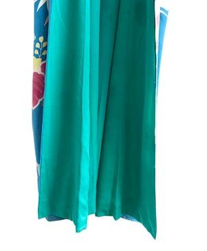 Image of Petroleumsblå kimono af ren silke m krysantemum