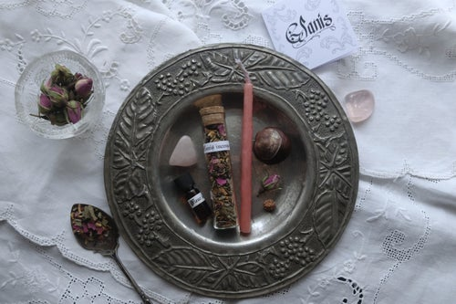 Image of GLANIS. HEALTH THEMED BOX ↟ Organic incense, candle, rudraksha seed, chestnut, rose quartz