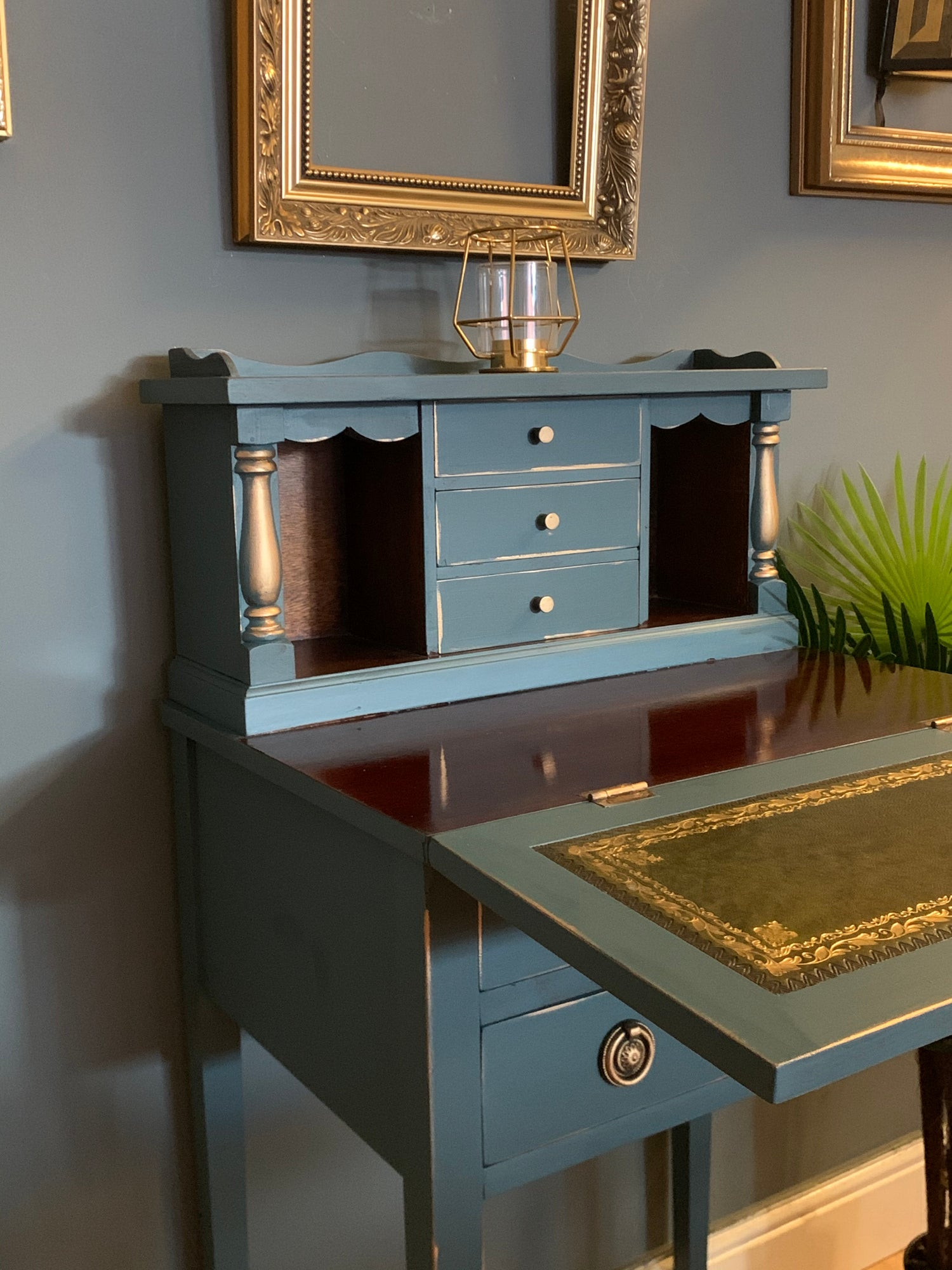 Image of A stunning small ladies desk