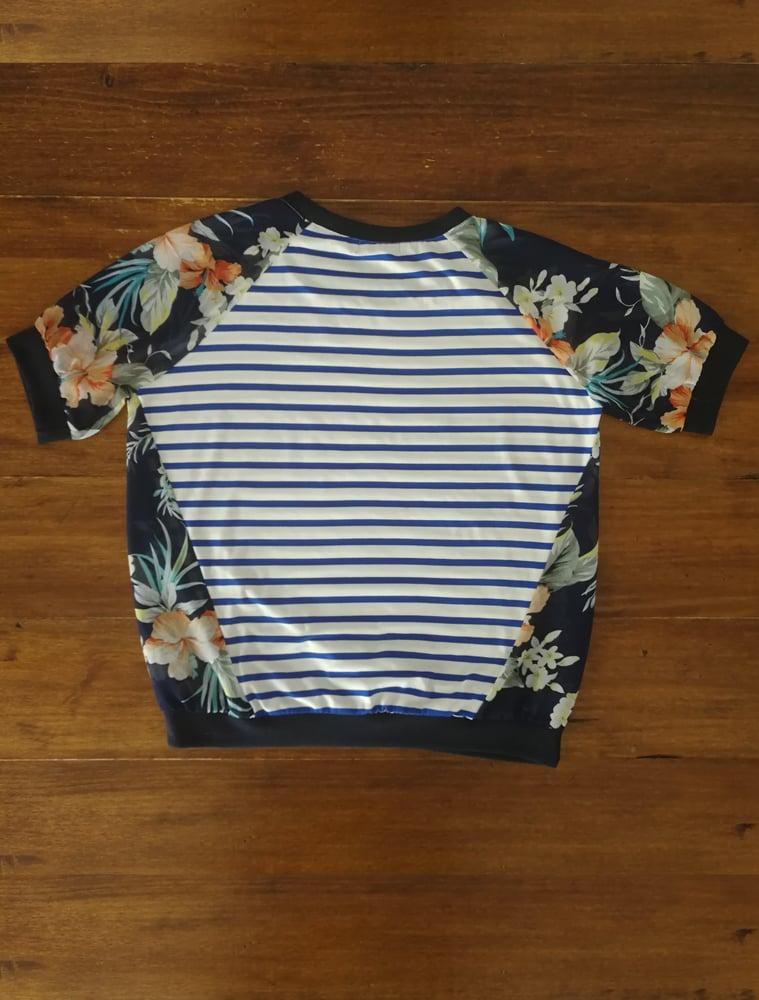 Image of Camiseta algodón con rayas y manga flores