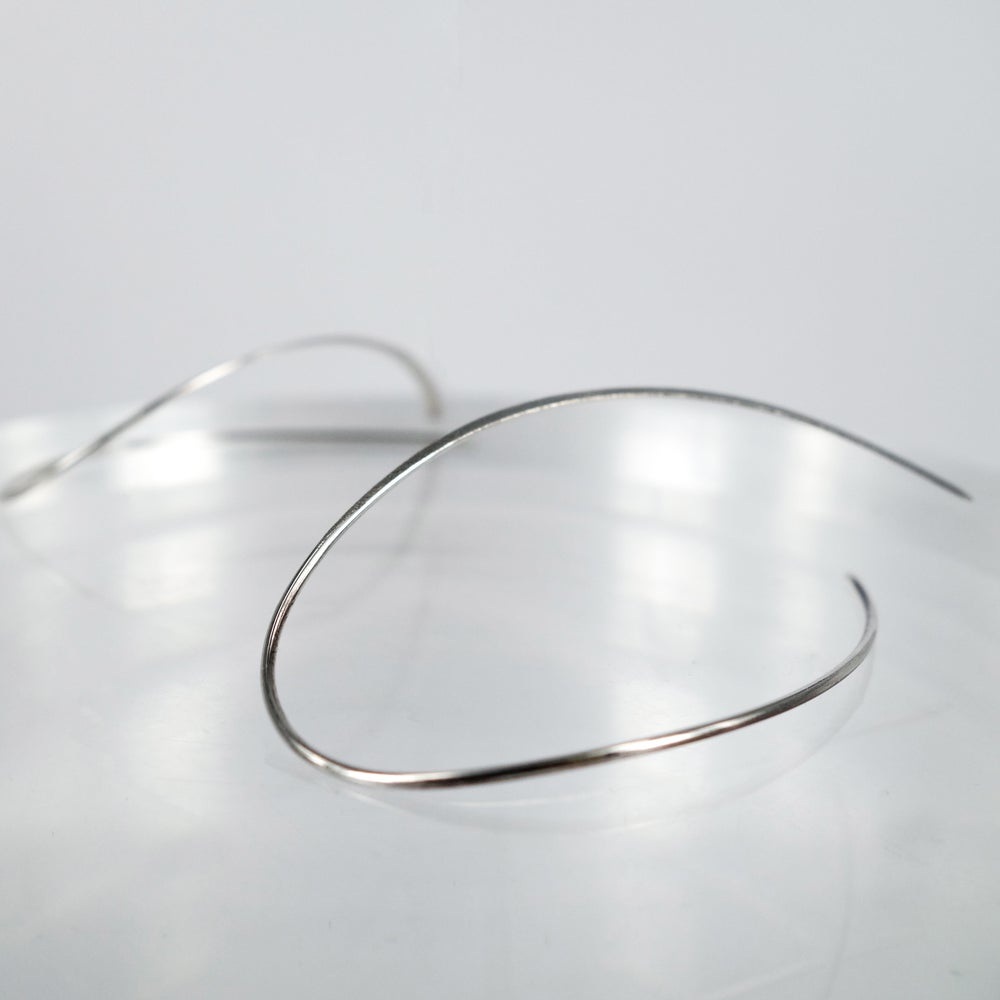 Image of M3149 - Sterling silver curved wire earring