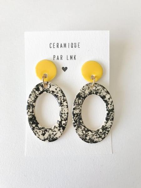 Image of Paire de boucles d'oreilles céramique TOTEM OVALA PERCA GM jaune et marbré