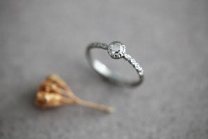 Image of platinum rose-cut 4.1mm Laurel leaf carved ring IOW149