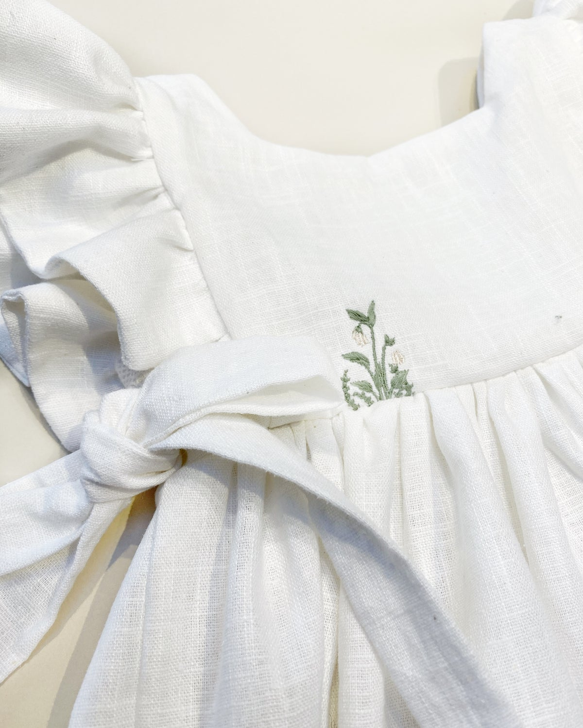 WHITE LINEN PINNY DRESS WITH DELICATE EMBROIDERY
