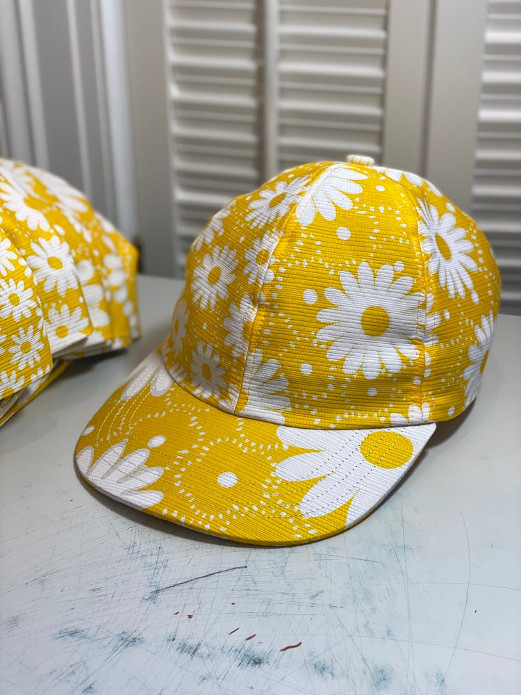 Image of Daisys on yellow