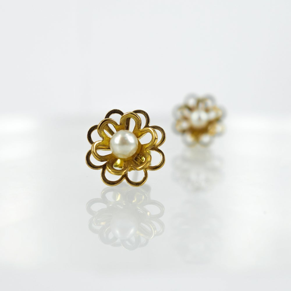Image of E1603 - 9ct yellow gold floral daisy stud with pearl