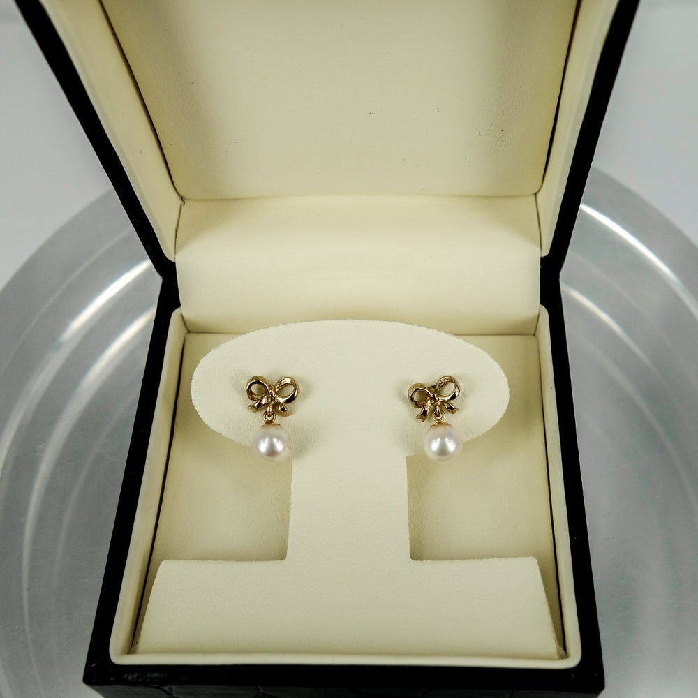 Image of CP0879  - 9ct yellow gold bow stud earring with cultured pearl drop