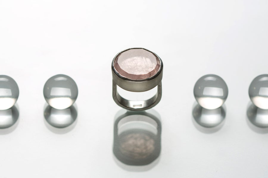 Image of silver ring with rose quartz MEA ROSA