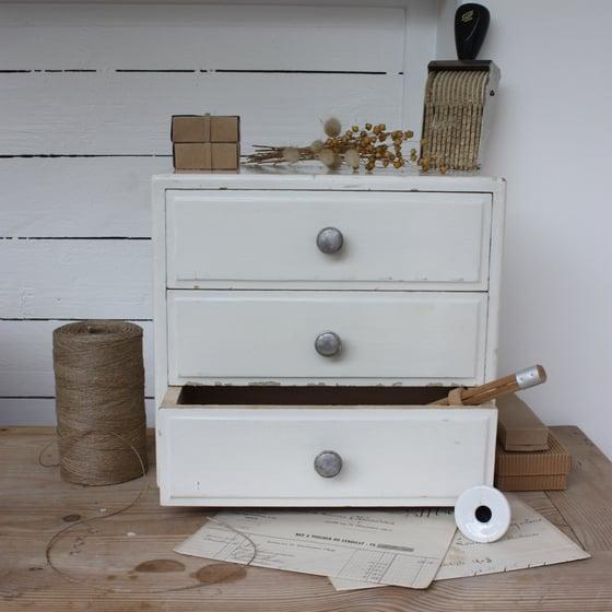 Image of Petit rangement en bois de couleur crème, 3 tiroirs.
