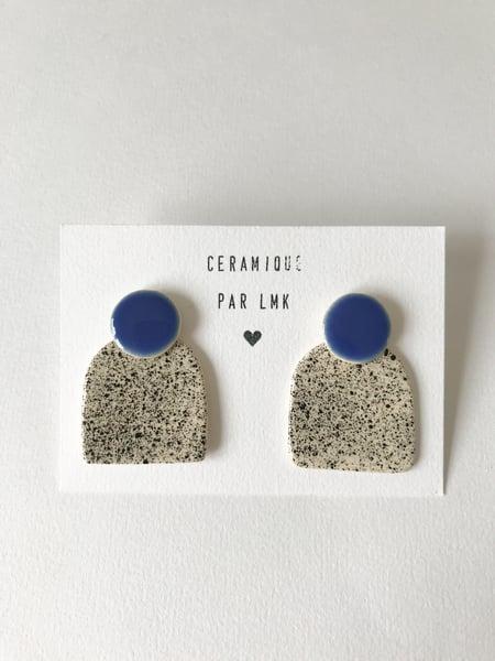 Image of Paire de boucles d'oreilles céramique COLLA bleu et splash noir