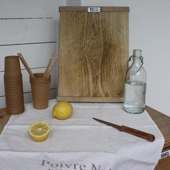 Image of Petit billot en bois patiné et sa plaque émaillée.