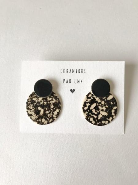 Image of Paire de boucles d'oreilles céramique COLLA noir et marbré