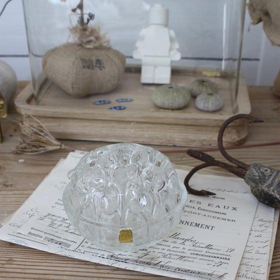 Image of Pique fleurs en verre moulé.